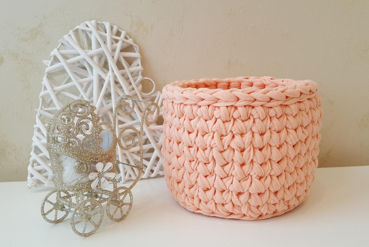 Нежно-розовая корзина из трикотажной пряжи (арт. М413)